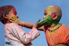 De kinderen genieten van Holi, het kleurenfestival van India Stock Fotografie