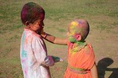 De kinderen genieten van Holi, het kleurenfestival van India Stock Afbeeldingen