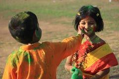 De kinderen genieten van Holi, het kleurenfestival van India Royalty-vrije Stock Foto's