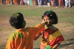 De kinderen genieten van Holi, het kleurenfestival van India