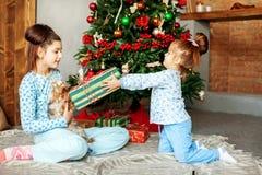 De kinderen geven giften in de ruimte Het concept Kerstmis en Ne Stock Foto's