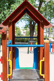 De kinderen glijden bij speelplaats Royalty-vrije Stock Afbeelding