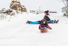 De kinderen glijden op sneeuw met plastic doos in Istanboel Royalty-vrije Stock Afbeelding