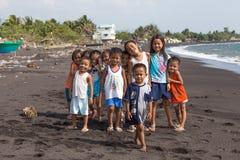 De kinderen groeperen portret op het strand met vulkanisch zand dichtbij Mayon-vulkaan, Filippijnen Royalty-vrije Stock Fotografie