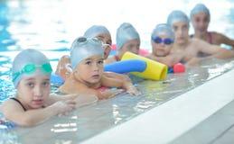 De kinderen groeperen zich bij zwembad royalty-vrije stock foto