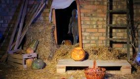 De kinderen in Halloween-kostuums zijn weg doen schrikken van brijen en looppas stock video