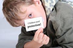 De kinderen hebben bescherming nodig royalty-vrije stock foto's