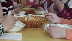De kinderen hebben lunch bij kleuterschool stock videobeelden