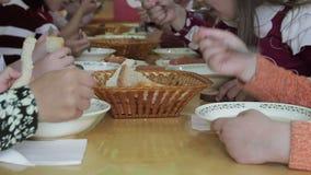 De kinderen hebben lunch bij kleuterschool stock video
