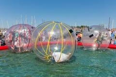 De kinderen hebben pret binnen plastic ballons op w Stock Foto's