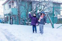 De kinderen hebben pret op sneeuw in de winter royalty-vrije stock fotografie