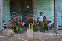 De kinderen heten ons in het Waaien van Eiland welkom Stock Foto's