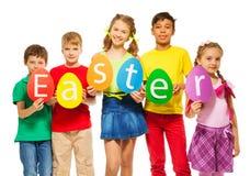 De kinderen houden samen de kleurrijke kaarten van de eivorm Stock Afbeelding