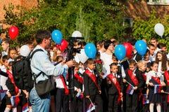 De kinderen keren naar school terug Stock Foto's