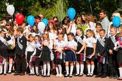 De kinderen keren naar school terug Stock Afbeeldingen