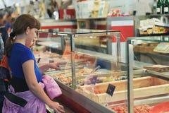 De kinderen kiezen producten in de de vissenmarkt van Zweden, Gothenburg Royalty-vrije Stock Afbeelding