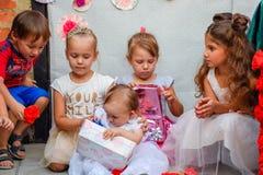 De kinderen kijken dozen met giften De vakantie van kinderen Stock Afbeelding