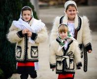 De kinderen kleedden zich in traditionele Roemeense kleding Stock Foto