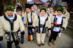 De kinderen kleedden zich in traditionele Roemeense kleding Stock Afbeeldingen