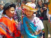 De kinderen kleedden zich in typische kostuums van Ecuador die bij de parade dansen royalty-vrije stock fotografie