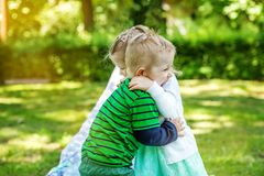 De kinderen koesteren in het park 2-3 jaar Meisje en jongen Concept i Royalty-vrije Stock Afbeelding