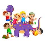De kinderen krijgen in brontosaurus en het spelen van op zijn lichaam enkele holding zijn staart royalty-vrije illustratie