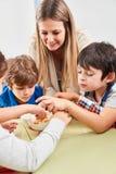 De kinderen krijgen een gezonde voedselsnack royalty-vrije stock fotografie