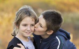 De kinderen kussen stock foto's