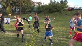 De kinderen leiden in openlucht op kickboxing stock footage