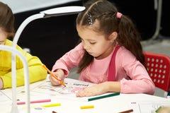 De kinderen leren de grondbeginselen van het ontwerpen en modelleringsrobots royalty-vrije stock fotografie