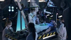 De kinderen leren humanoidvreemdeling in een geheim ruimtelaboratorium stock footage