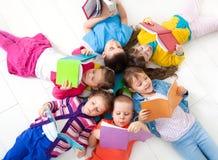 De kinderen lezen Stock Afbeeldingen