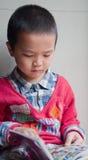 De kinderen lezen en leren Royalty-vrije Stock Afbeeldingen