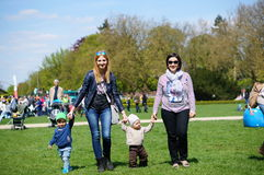 De kinderen lopen Stock Foto's