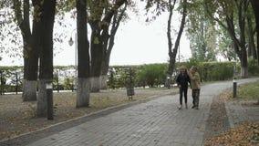De kinderen lopen in het de herfstpark stock videobeelden