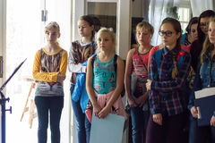 De kinderen luisteren aan gids Royalty-vrije Stock Afbeeldingen
