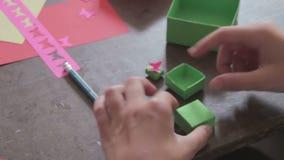 De kinderen maken Ambachten uit Document bij de Met de hand gemaakte Lijst, stock video