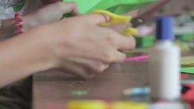 De kinderen maken Ambachten uit Document bij de Met de hand gemaakte Lijst, stock footage