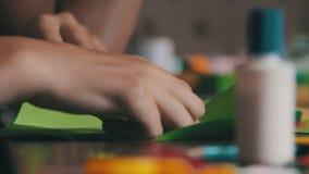 De kinderen maken Ambachten uit Document bij de Met de hand gemaakte Lijst, stock videobeelden