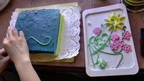 De kinderen maken cake stock footage