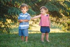 De kinderen maken en verzoening ruzie De kinderjarenconcept van de liefdevriendschap stock afbeelding