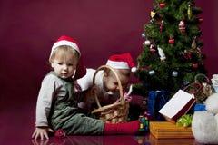 De kinderen met Kerstmis stelt voor Stock Afbeeldingen