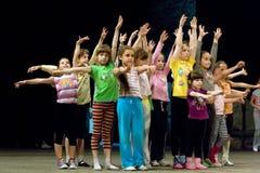De kinderen omcirkelen Stock Afbeelding