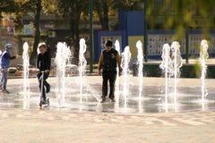 De kinderen onderzoeken en testen de nieuwe fontein royalty-vrije stock fotografie