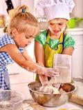 De kinderen ontbijten bij keuken Royalty-vrije Stock Afbeeldingen