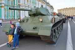De kinderen op de achtergrond van Sovjet zware tank worden gefotografeerd die Stock Fotografie