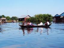 De kinderen op boot in Tonle ondermijnen Meer Kambodja Siem oogsten Stock Foto's