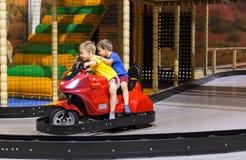 De kinderen op pretpark berijden royalty-vrije stock fotografie
