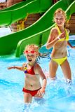 De kinderen op water glijden bij aquapark. Royalty-vrije Stock Fotografie
