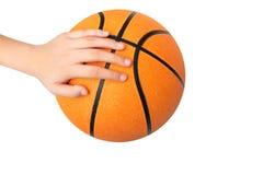 De kinderen overhandigen het spelen van een basketbalbal op wit wordt geïsoleerd - klem die Stock Afbeeldingen
